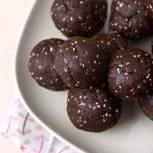 Raw Walnut-Goji Brownie Bites | Om Nom Ally