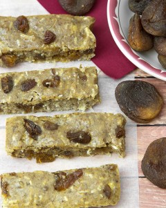 Turkish Apricot & Almond Protein Bars @ Om Nom Ally   Made with your favourite protein powder, sulphur dioxide-free apricots, grain-free flours and almond butter.
