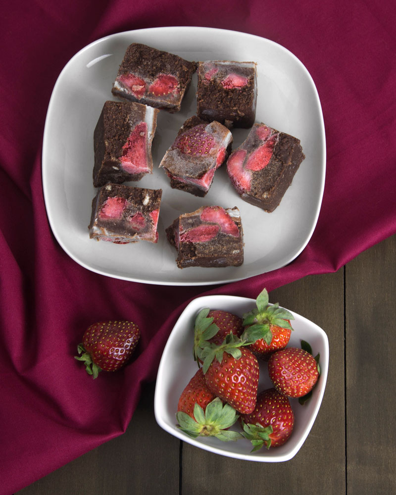 Paleo & Raw Choc Strawberry Fudge @OmNomAlly